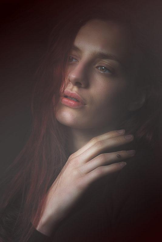 ritratto-primo-piano-ritratto-femminile-rosso