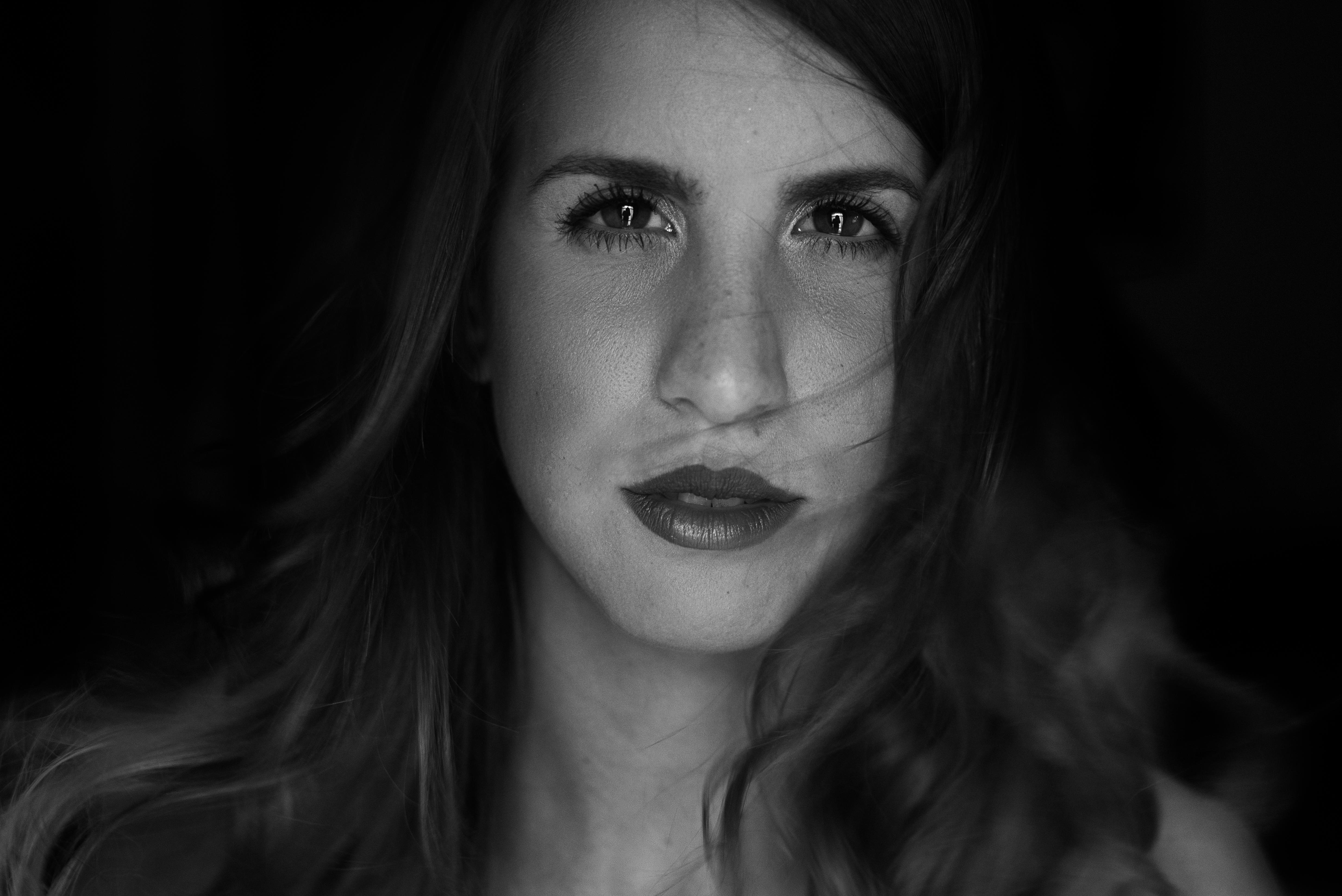ritratto-femminile-primo-piano-bianco-e-nero